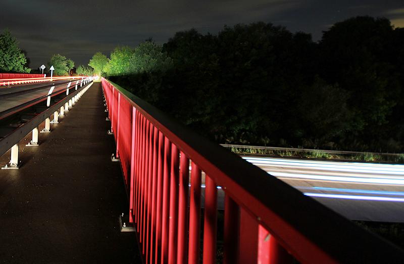 Autobahnbrücke bei Nacht